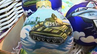 В ГУМе торгуют новогодними шарами с танками и БТР-ами