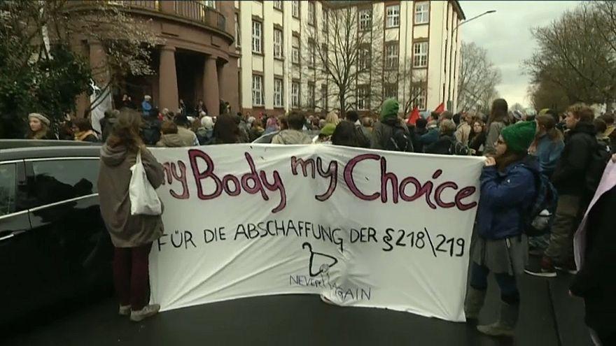 Germania: multata per aver pubblicizzato l'aborto