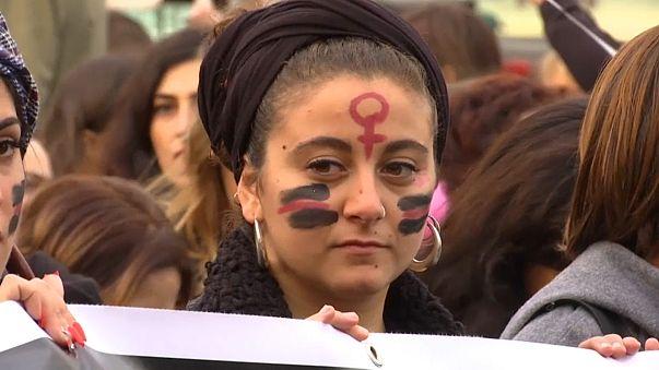 """العنف ضد المرأة: مظاهرات في أوروبا وصمت """"يخفي الكثير"""" في العالم العربي"""