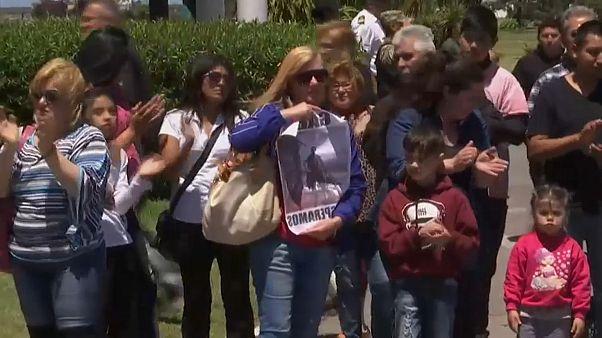 دموع وأحضان .. مظاهرة لأسر طاقم الغواصة الأرجنتينية المفقودة