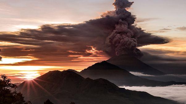 Un turista osserva il vulcano Mount Agung dal tempio di Lempuyang