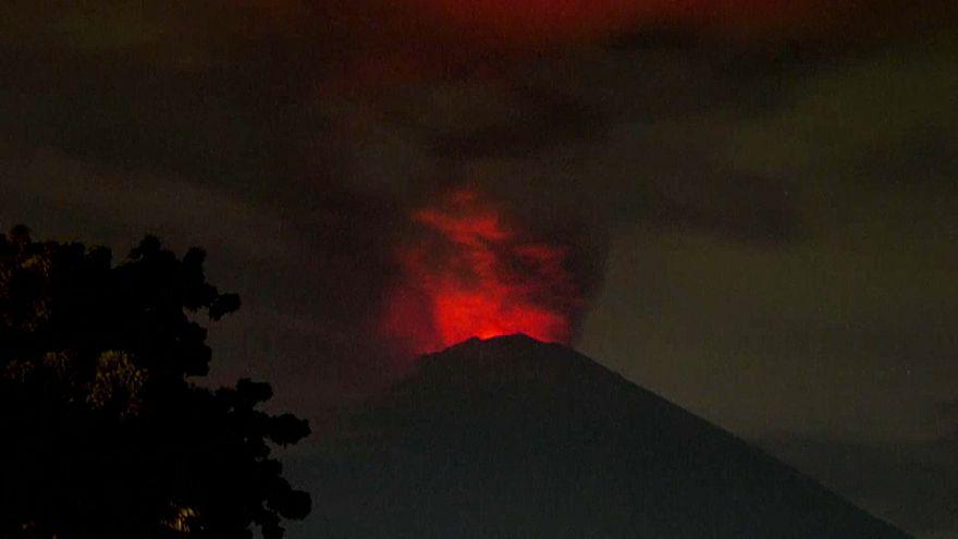 بركان جبل أغونغ يلفظ حممه الملتهبة والآلاف عالقون في مطار الجزيرة