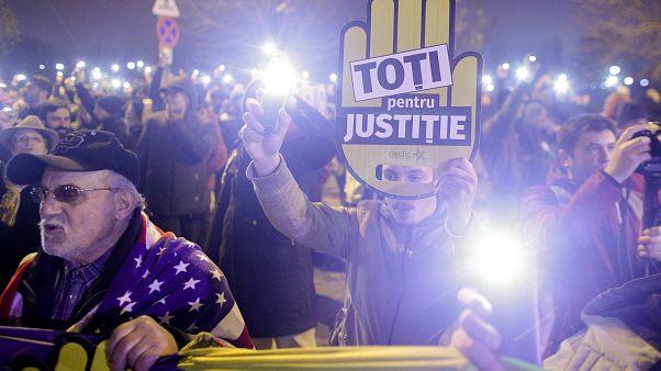 """""""Mindent az igazságért"""" - áll az egyik bukaresti tüntető tábláján"""
