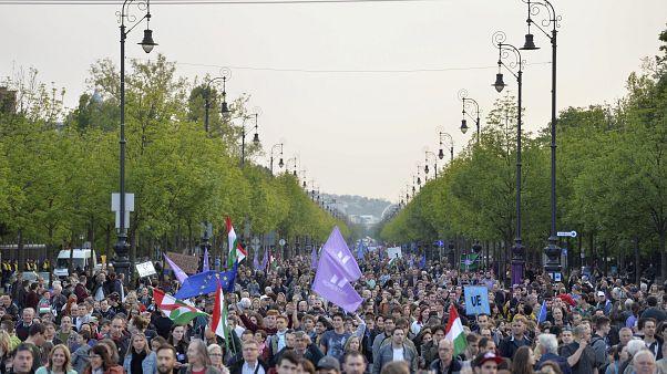 Résztvevők a Momentum Mozgalom Európához tartozunk! jelmondatú menetén
