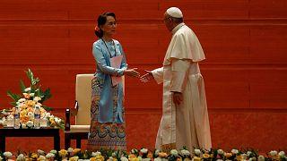 """El papa Francisco evita decir """"rohinyá"""" en su primer discurso en Myanmar"""
