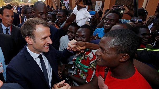 Granadas, estudantes e protestos aguardavam Macron no Burkina Faso