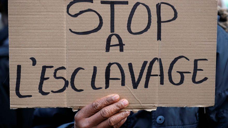 Cartel durante una protesta reciente en París frente a la embajada libia