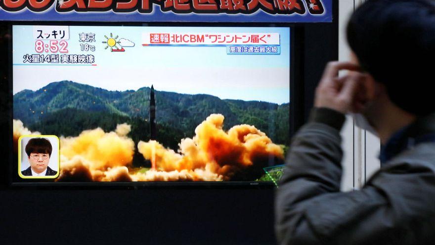 Un hombre mira en Seúl las noticias sobre el lanzamiento de un misil