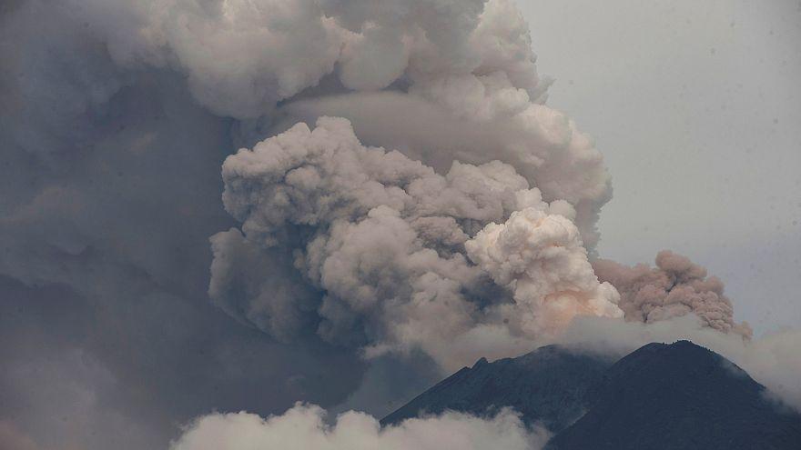 Μπαλί: Άνοιξε το αεροδρόμιο - Αγωνία για το ηφαίστειο