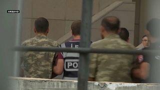 Centenas de militares alvo de mandados de captura