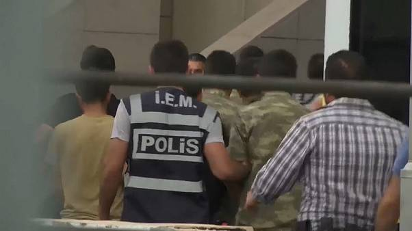 Soldaten werden von der türkischen Polizei festgenommen.