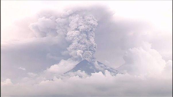 El cráter humeante del volcán Agung