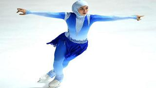 """تعرف على أميرة الجليد .. """"زهرة لاري"""" أول متزلجة إماراتية محجبة"""