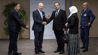 المعارضة السورية في جنيف إلى جانب المبعوث الأممي ستافان ديمستورا