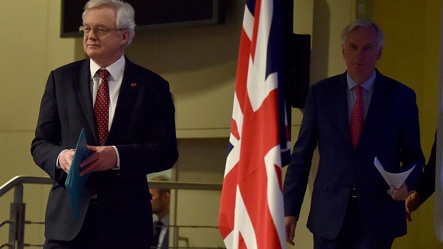 Ο αρμόδιος υπουργός Brexit Ντέιβις και ο διαπραγματευτής της ΕΕ Μπαρνιέ