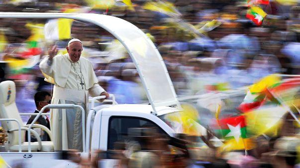 Papst Franziskus winkt von seinem Vehikel aus Teilnehmern der Messe zu.