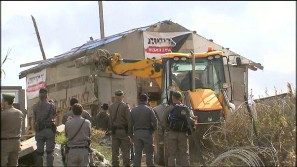 إخلاء وهدم مبنى في بؤرة استيطانية في الضفة الغربية وطرد المحتجين