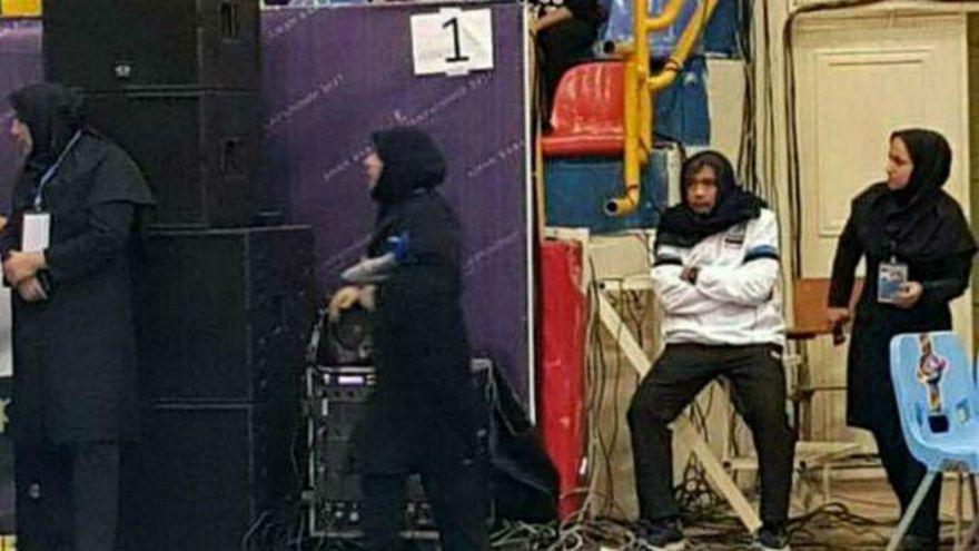 مدرب منتخب سيدات تايلندا، في المنتصف، يرتدي الحجاب لحضور مباراة فريقه