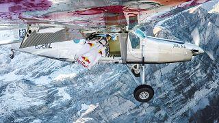Des wingsuiters entrent dans un avion en vol