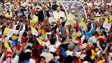 Une foule de Birmans prie avec le pape