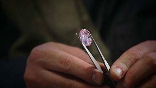 Diamante rosa leiloado por 27 milhões em Hong Kong