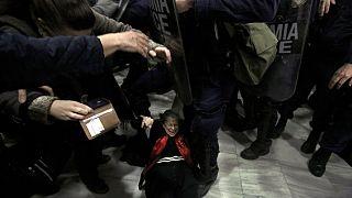 Μία γυναίκα πεσμένη στη διάρκεια των επεισοδίων στο Ειρηνοδικείο