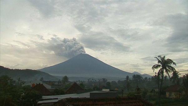 Miles de turistas siguen atrapados en Bali a causa del volcán Agung