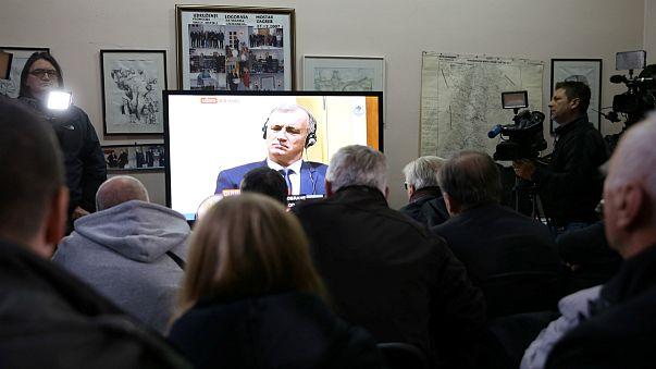 Antigos prisioneiros de guerra assistem a julgamento pela TV em Mostar