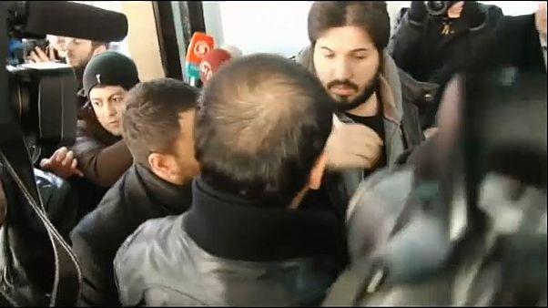 Der türkisch-iranische Goldhändler Reza Zarrab betritt das Gericht