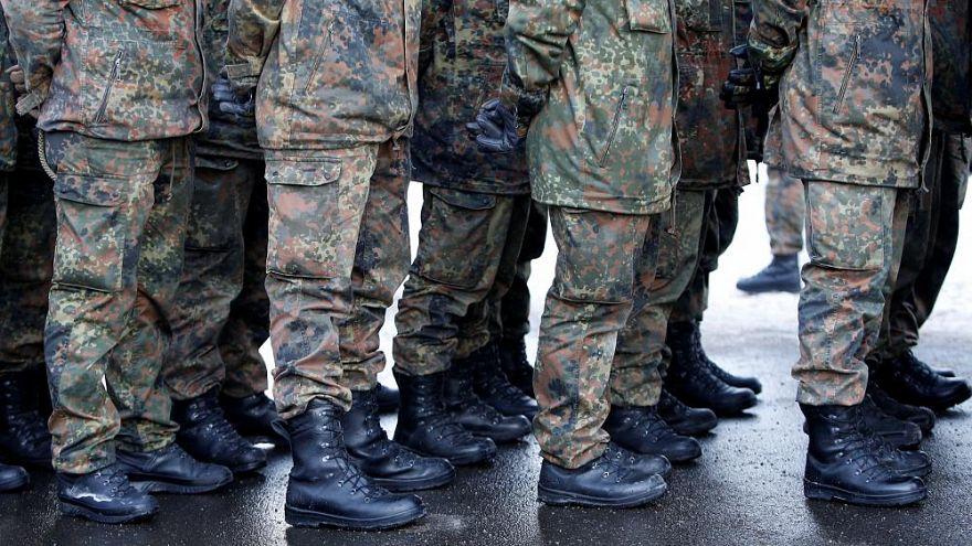 Ejtették a terrorvádat a magát menekültnek kiadó német katona ellen