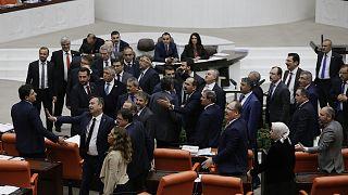 Καβγάς στην τουρκική εθνοσυνέλευση λόγω της υπόθεσης Ζαράμπ