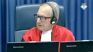 Un juge du TPIY réagit après que Slobodan Praljak a avalé du poison