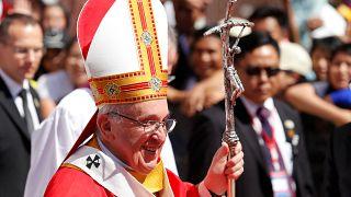 البابا فرنسيس يغادر قداسا في يانجون - 29 تشرين الثاني/نوفمبر 2017