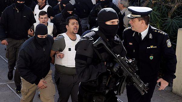 Ένας εκ των συλληφθέντων Τούρκων στο δρόμο προς τον Εισαγγελέα