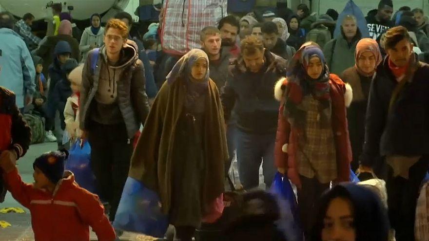 Grécia transfere refugiados para Atenas