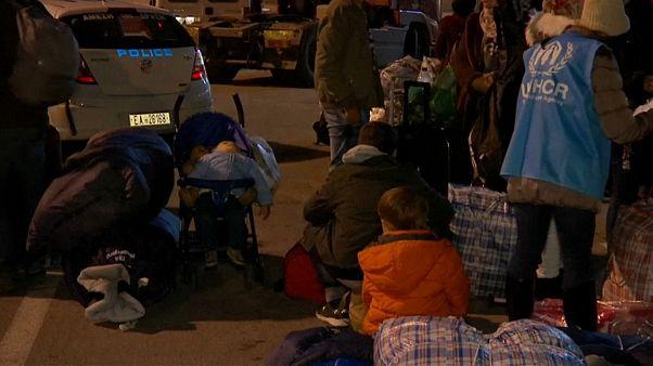 Yunanistan adalardaki sığınmacıları taşıyor