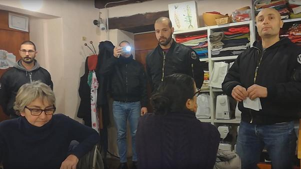 """أعضاء من """"فينيتو فرونت سكينهيدز"""" خلال قراءة الوثيقة"""