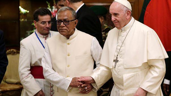 L'appello alla comunità internazionale del Papa, al suo arrivo in Bangladesh