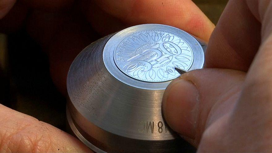 """أثناء سك إحدى العملات في مصنع """"موناي دو باريس"""" في فرنسا"""