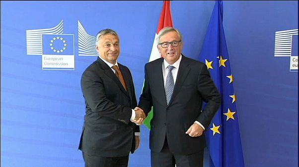 El primer ministro húngaro, Viktor Orbán, da la mano a Jean-Claude Juncker