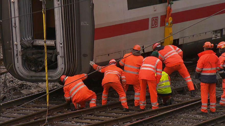 Devrilen Basel treni raylara yerleştirildi