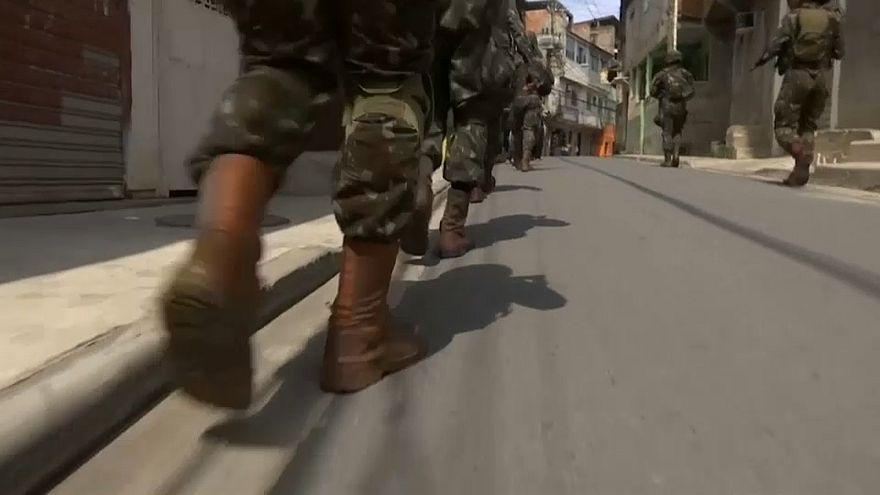 Militares fazem cerco a favela