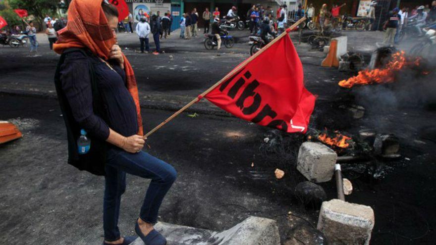 Διαδηλωτής σε οδόφραγμα στην Ονδούρα