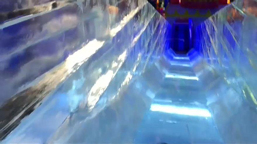 Riesenspaß: Rutschen auf Eisrutsche