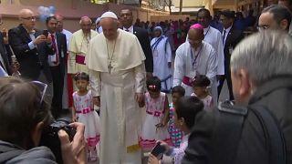 Il Papa con gli orfani, i disabili, i giovani del Bangladesh