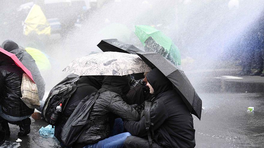Canhões de água contra manifestantes em Hanôver