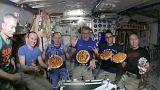 بالفيديو: طريقة تحضير البيتزا في الفضاء