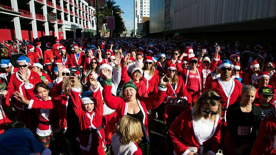Sur la ligne de départ, des milliers de coureurs déguisés en Père Noël