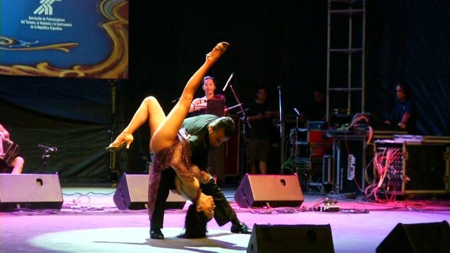 Un couple danse un tango acrobatique