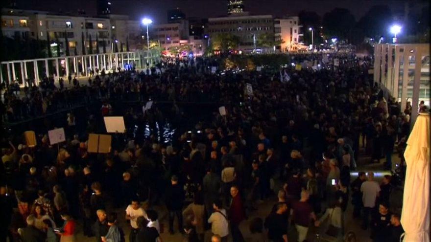 عشرات الآلاف يتظاهرون في إسرائيل ضد فساد الحكومة.. ونتنياهو يتراجع